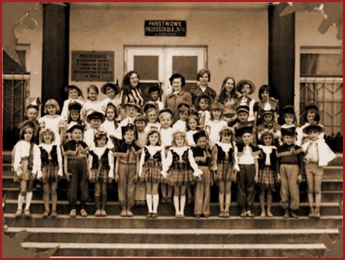 widok archiwalny na grupę dzieci przed budynkiem przedszkola