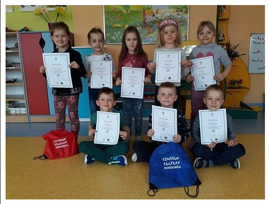 dzieci trzmające dyplomy