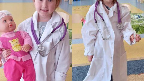 kolaż dziewczynki w stroju lekarskim. Pierwsza dziewczynka trzyma lalke z opatrunkiem na głowie, druga ma w ręku strzykawkę.