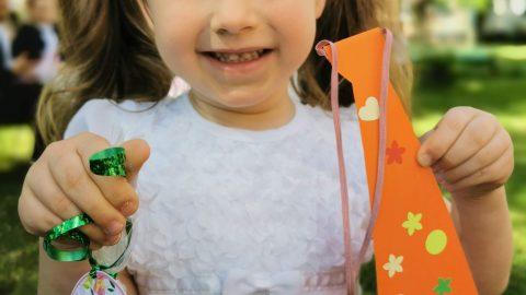 dziewczynka trzyma upominki dla rodziców