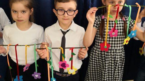 Troje dzieci z kwiatkami
