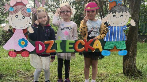 trzy dziewczynki w przebraniu