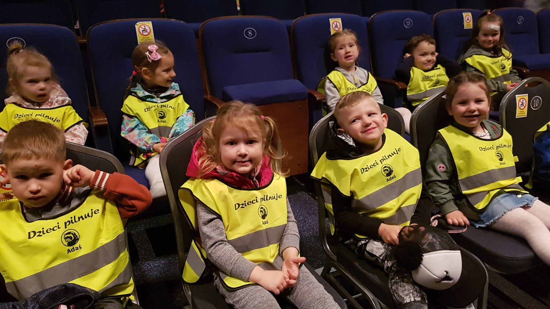 grupa dzieci ogląda spektakl