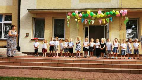 dzieci recytują wiersz