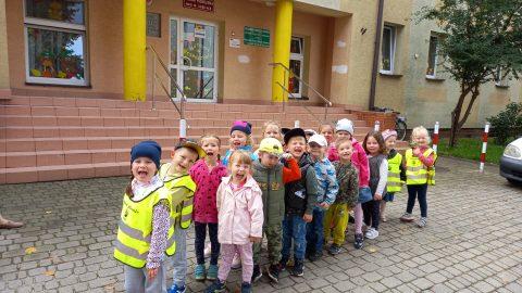 grupa dzieci pod budynkiem przedszkola