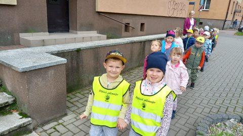 dzieci w kamizelce odblaskowej