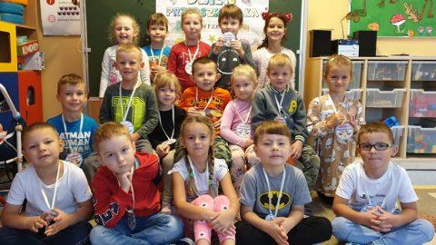 chłopcy i dziewczynki z medalami przedszkolaka